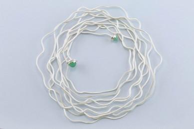 Sita Falkena armband zilverdraad gebogen plat met stenen aan uiteinden dubbele spiraal