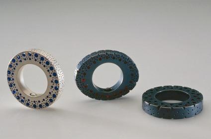 Sita Falkena 3 ringen opengewerkt geboord/ gezaagd met glaskralen en zilver