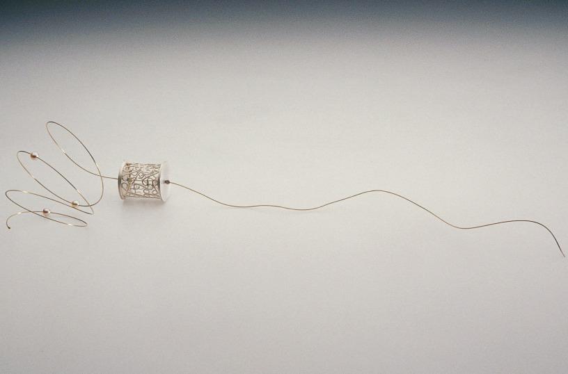 Sita Falkena broche object kooitje zilver lange gouden draad met 3 parels vrij bewegend / 1 parel in kooi gevangen