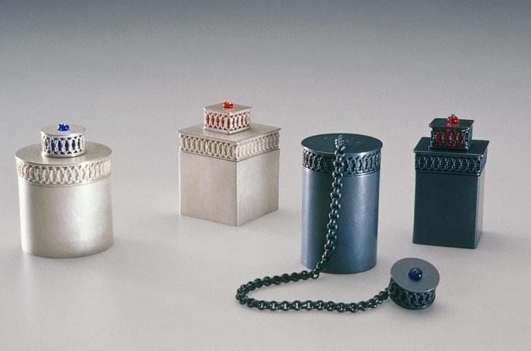 sita falkena asmat- doosje zilver glaskraal voor knoopsgat talismanhouder