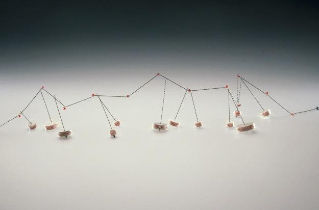 Sita Falkena collier dansende tonnetjes zilveren doosjes gevuld met rode glaskraaltjes