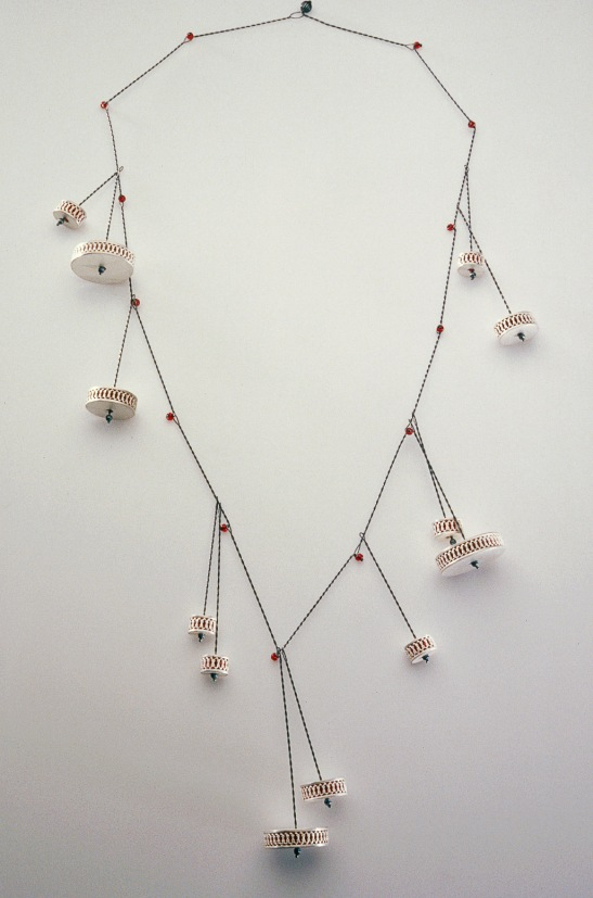 Sita Falkena collier hangende tonnetjes zilver gevuld met rode glaskralen glas