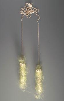 sita falkena een handvol collier koraal met gele wol