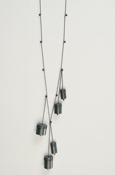 Sita Falkena collier met 5 doosjes zilver gezwart en blauwe glaskralen