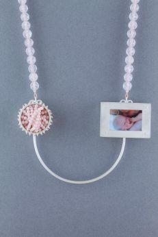 sita falkena l Géné Géné collier met doosje voor navelstreng detail