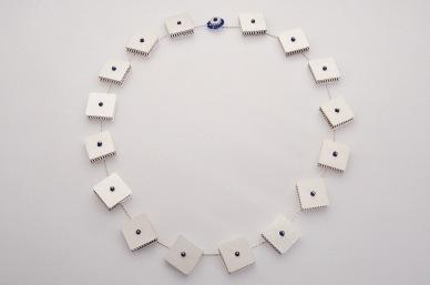Sita Falkena collier met grote blokjes zilver gevuld met blauw glas rammelen