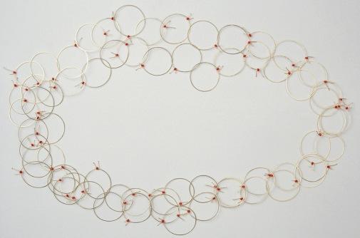 Sita Falkena ringetjes collier goud met rode glaskraal