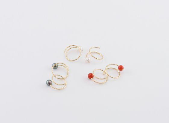 sita falkena oorspiralen goud -parels wit/zwart -bloedkoraal