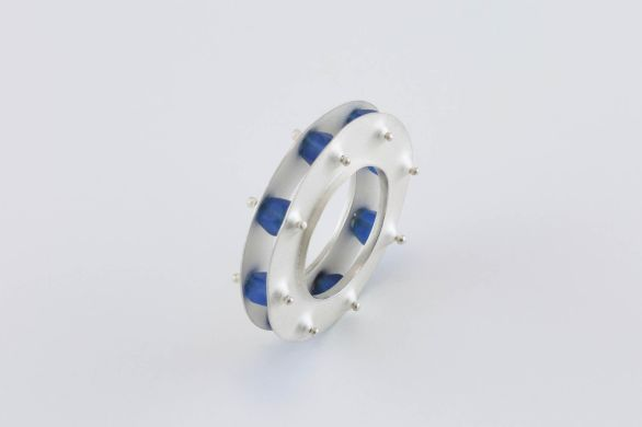 Sita Falkena ring zilver, 2 schijven met blauw glaskralen ertussen